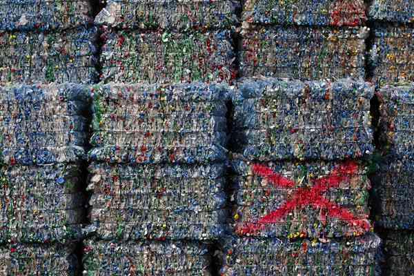 实拍瑞士垃圾回收公司 塑料瓶堆积如山