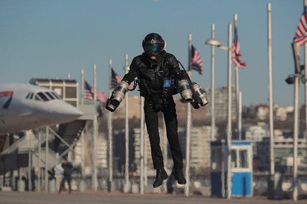 美国工程师展示喷气式飞行服 似悬浮空中异常炫酷
