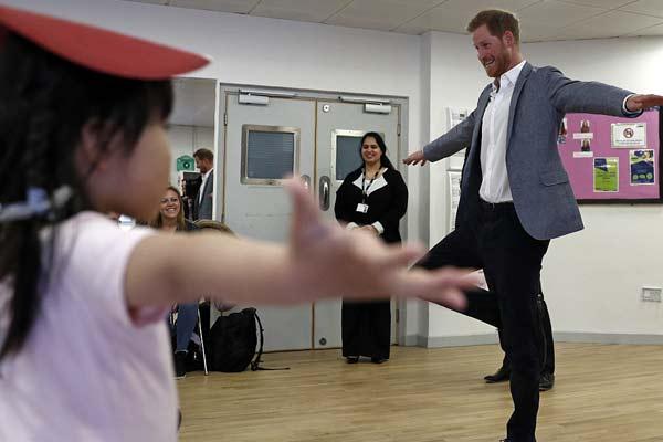 英国哈里王子造访基督教青年会 与儿童齐练芭蕾超有爱