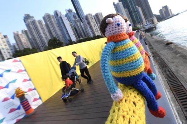 针织栏杆装饰香港西环海滨 邀途人看日落