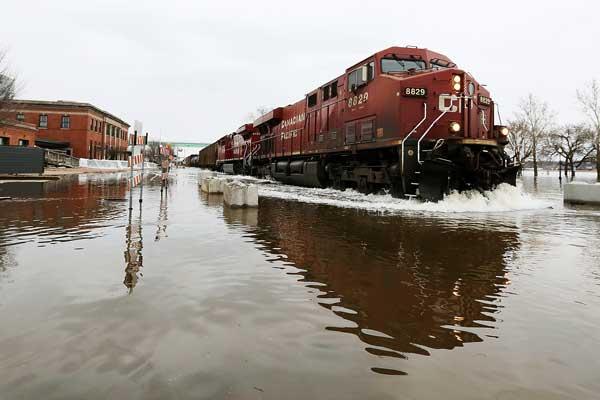 美国爱荷华州洪水灾情严重 列车涉水前行