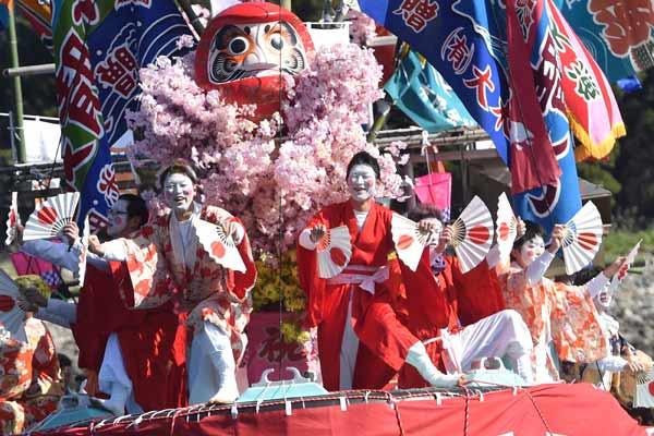 """日本静冈县举行""""大濑祭"""" 男子扮女装舞蹈祈祷渔业丰收"""