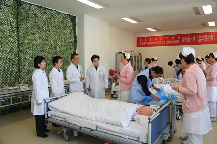 健康老龄化责任在肩,首批专业老年照护师持证上岗