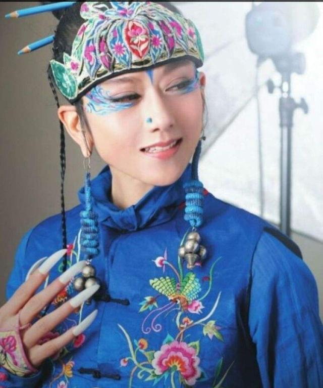 61岁杨丽萍和男徒弟排练照曝光,为艺术去肋骨,网友:牺牲太大