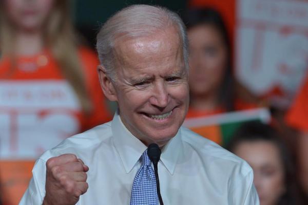 """和善老人还是猥琐大叔?拜登""""丑闻""""之下是民主党的世代变迁"""