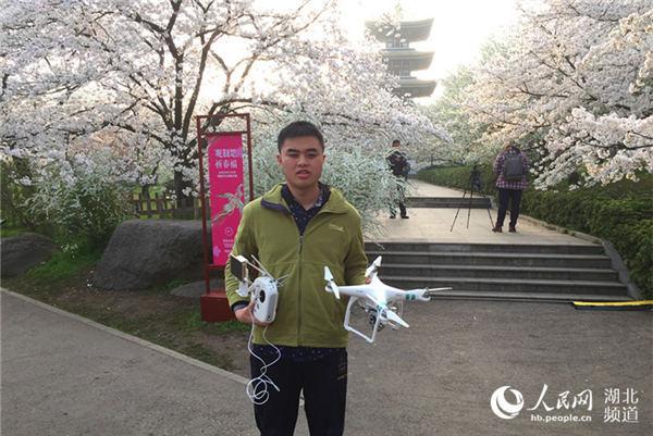 """换双""""眼睛""""看世界盲人学子携无人机走过大半个中国"""