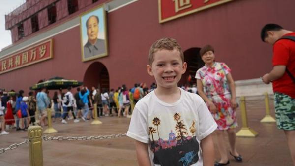 英媒:那位以独特笑容风靡中国的美国男孩