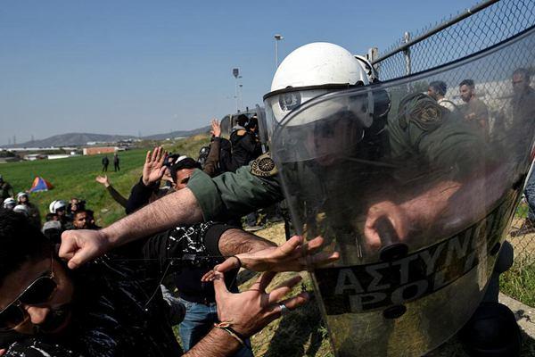 希腊一小城移民与警察爆发冲突 双方大打出手