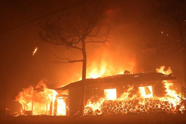 韩国多地发生山火 火光冲天