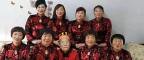 88岁老太成网红 8个女儿穿红衣给她庆生