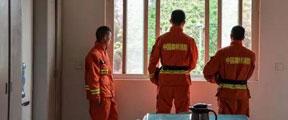幸存消防员含泪,把牺牲队友的衣服搓完