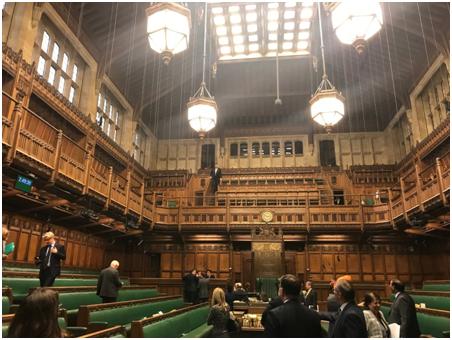英国下议院辩论因屋顶漏雨中断,网友:这就是英国脱欧的结局