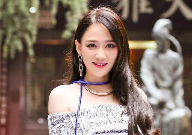 陈乔恩40岁生日,陈妍希晒合照送祝福,网友:你这叫只顾自己美