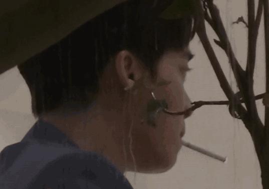 李易峰被拍与神秘女士会面 吸烟动作熟练