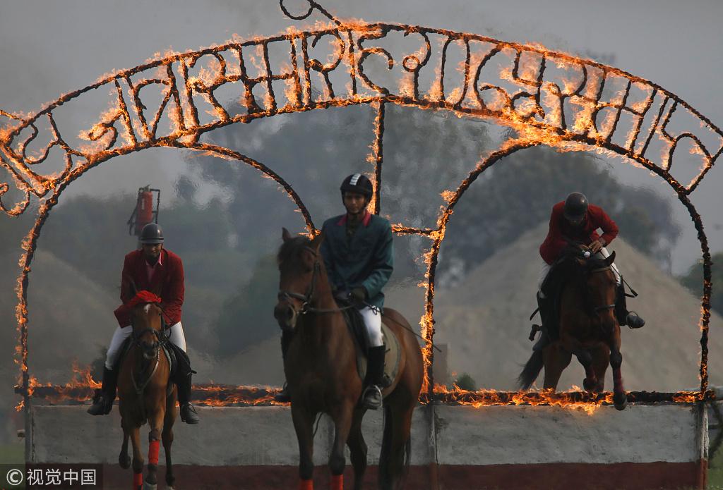 尼泊尔庆祝赛马节 骑手骑马驰骋钻火圈