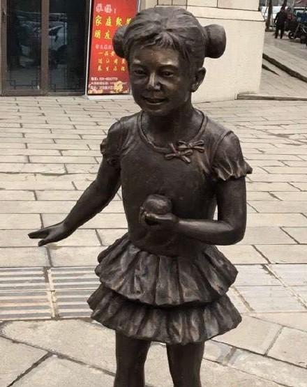 何老师的小雕像终于长大了,这个大雕像让路人笑疯!