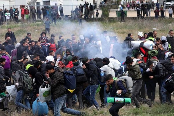 移民与希腊警方激烈冲突 试图穿越边境进入欧洲北部
