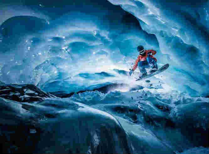 男子在海拔3000米冰洞里滑雪 画面惊险刺激
