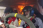 阿根廷汽车拉力赛♀上赛车起火 车手跳车逃生�