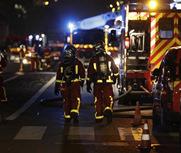 法国巴黎一居民楼发生大火