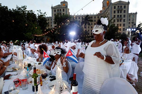 """古巴哈瓦那举办""""白色晚宴"""" 约500人着白衣共赴浪漫约会"""