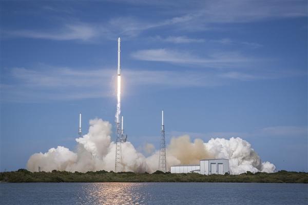 SpaceX发射一箭64星:19颗已成太空垃圾