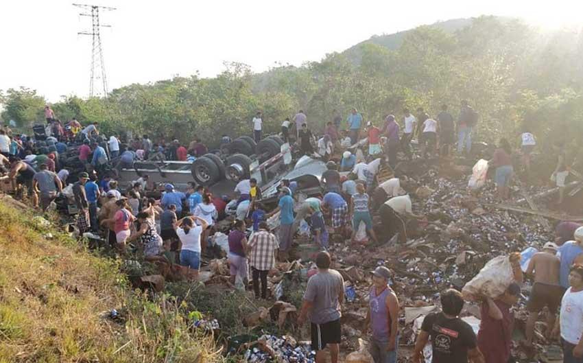 墨西哥啤酒货车侧翻引百人狂抢 警察不管轮胎都被偷