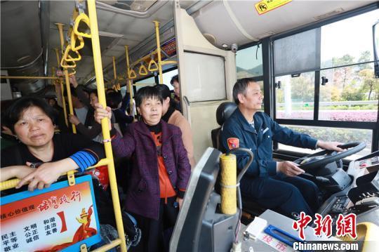 """浙江公交""""老司机""""的""""清运""""坚守:不敢喝水怕上厕所"""