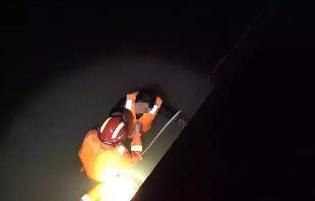 大妈醉酒不慎落水,获救后一眼相中救她的帅哥