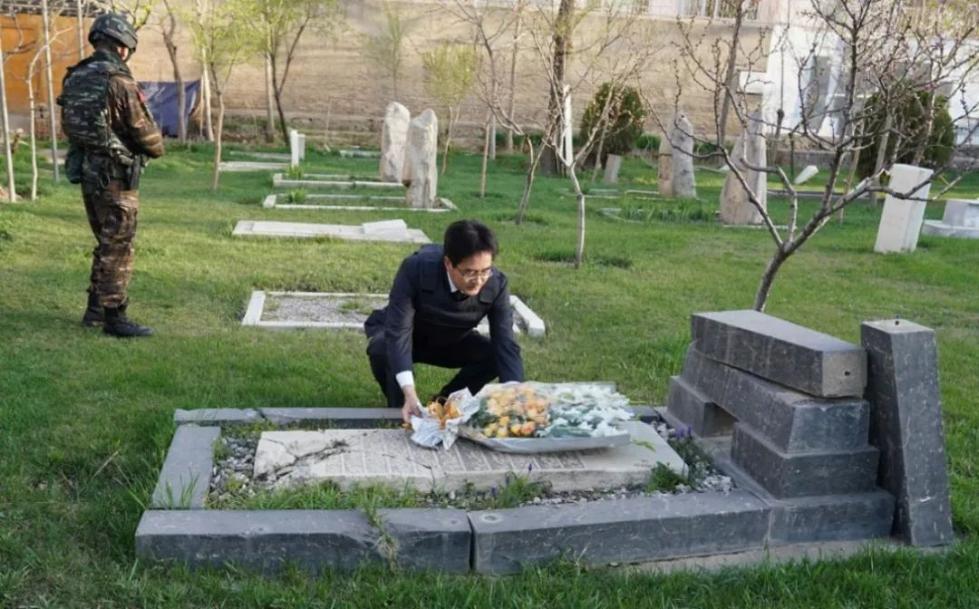 中国外交官身穿防弹服 专程为他扫墓