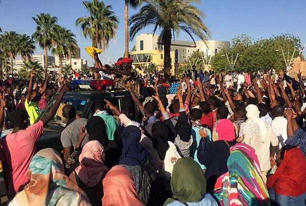 外媒:苏丹数千人抗议总统巴希尔引发冲突,已致一人死亡