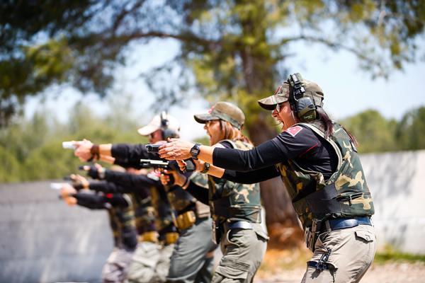 土耳其特警班参加射击训练 女特警英姿飒爽帅爆了