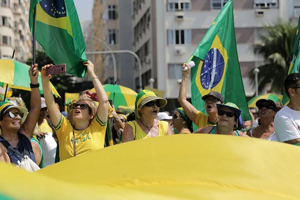 """巴西民众发起反腐败集会 支持官方""""洗车""""反腐行动"""