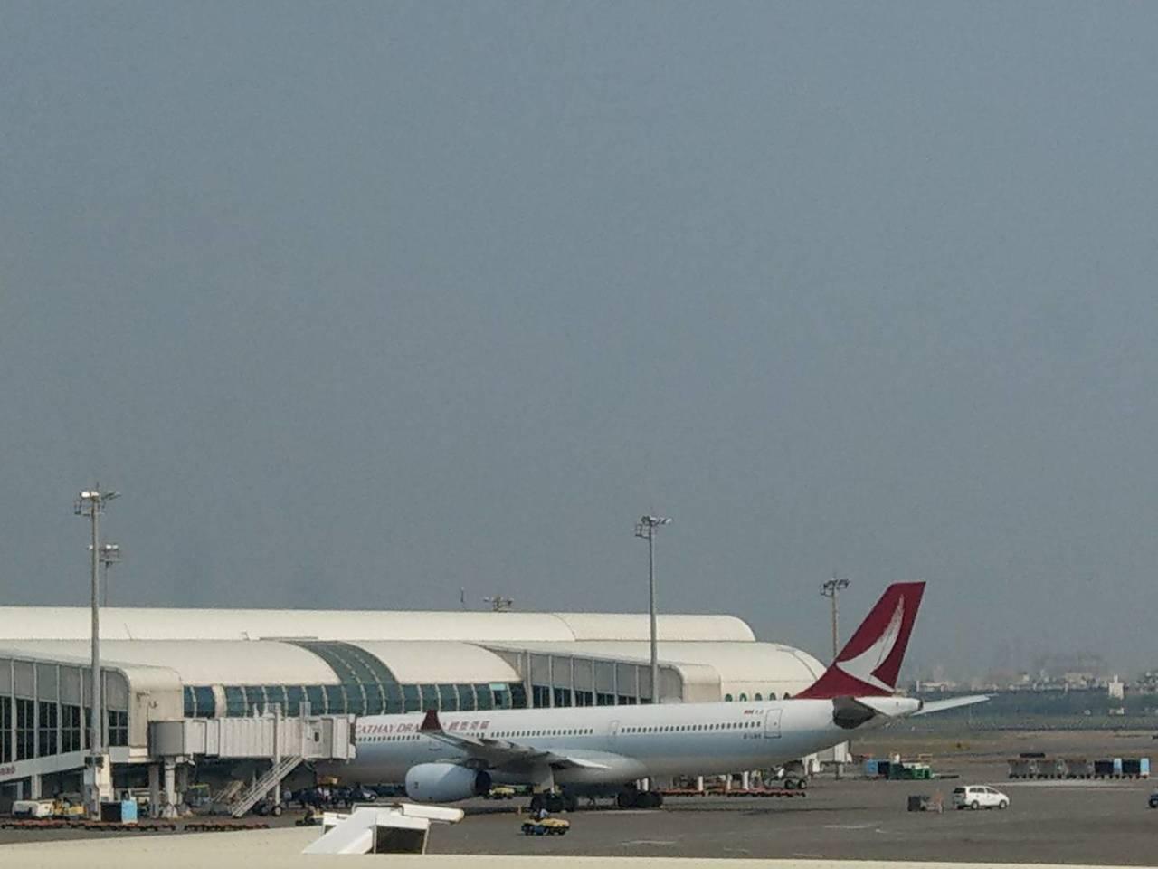 国泰港龙航空班机疑撞鸟 引擎起火紧急折返高雄