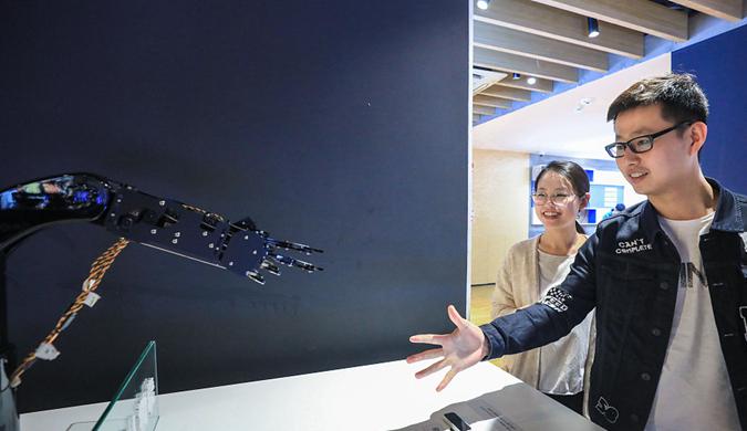 全国首家5G体验厅杭州开放 5G猜拳机器人快到不可想象