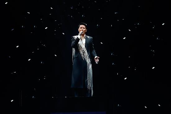"""张信哲""""未来式""""世界巡回全新升级 惹观众落泪"""