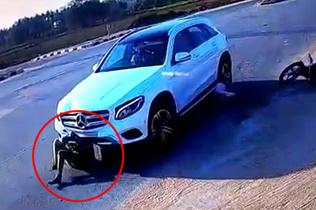 幸运!印度夫妇骑摩托被撞卷入车底 被救后无大碍