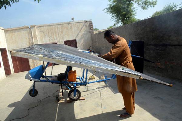 高手在民间 巴基斯坦男子在家自制飞机