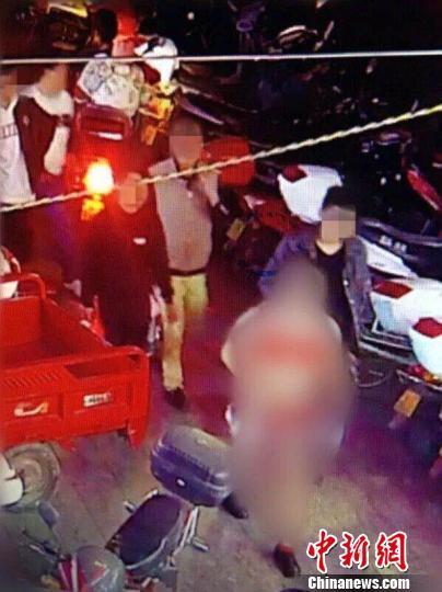 """云南一新郎街头低俗""""闹婚"""" 被警方训诫"""