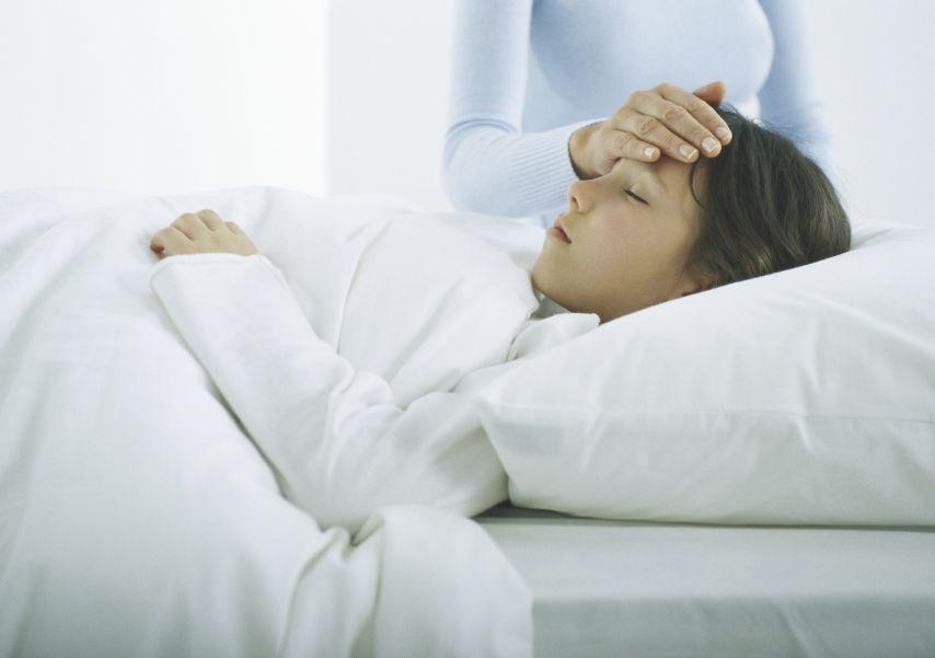 8岁女儿肚子疼没当回事,爸妈痛悔:孩子被切掉半边输卵管!