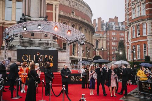 2019英国奥利弗奖落幕 《来自远方》《伙伴们》等剧成大赢家