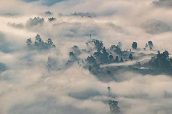重庆市南川区山涧河谷出现平流雾
