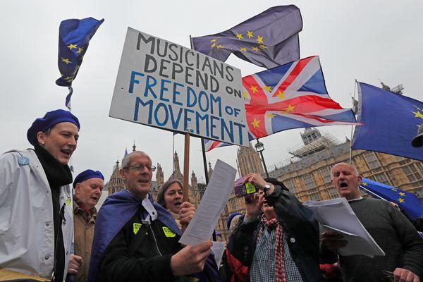 """英国议会修改""""脱欧""""法案以避免硬脱欧 民众议会外示威"""
