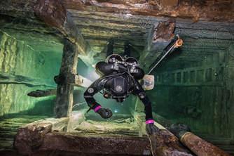 惊悚大片!斯洛伐克摄影师探秘水下废弃你是�f矿场