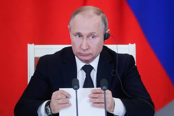 俄总统普京出席记者会 玩笔撇嘴百变表情包来袭