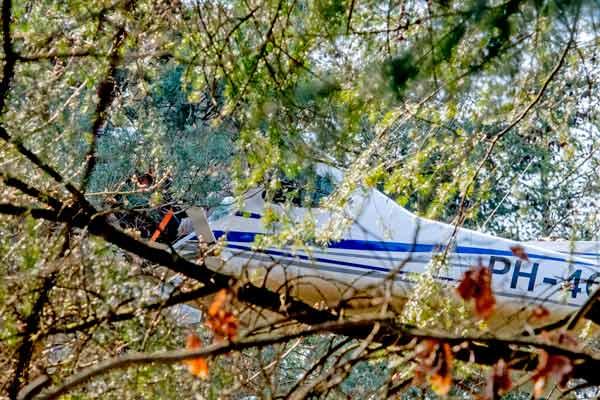 荷兰一架飞机因引擎故障坠落 悬挂树林上
