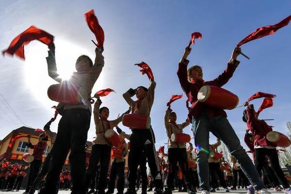 新疆南部乡间小学生打起安塞腰鼓