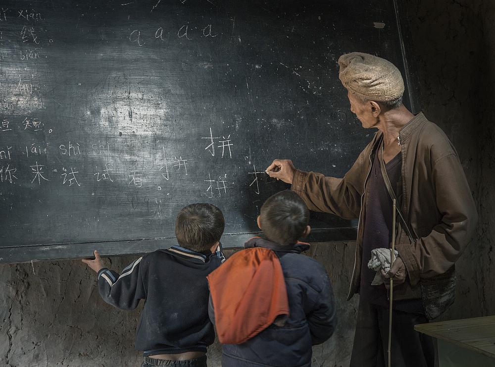 我国将在中西部乡村中小学设立首席教师岗位