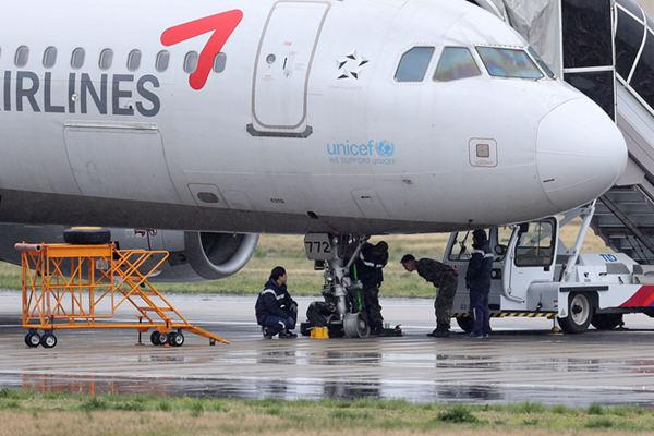 韩国一架客机降落滑行中发生爆胎事故 机上载有111人