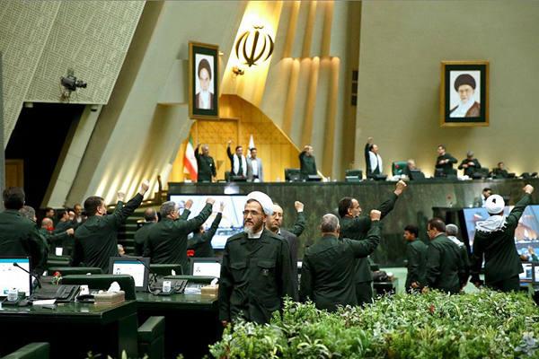 伊朗议会成员穿制服出席会议  抗议美国将其列为恐怖组织